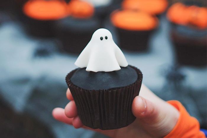 17 Best Halloween Cupcake Tutorials - ghost cupcake