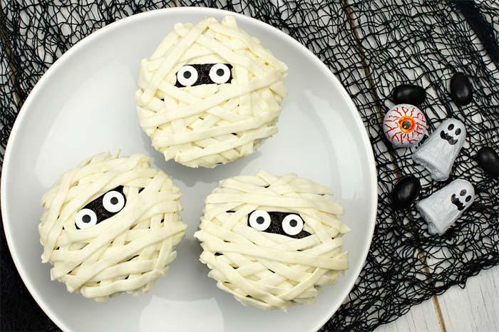 Best-Halloween-Cupcake-Tutorials-mummy-cupcakes