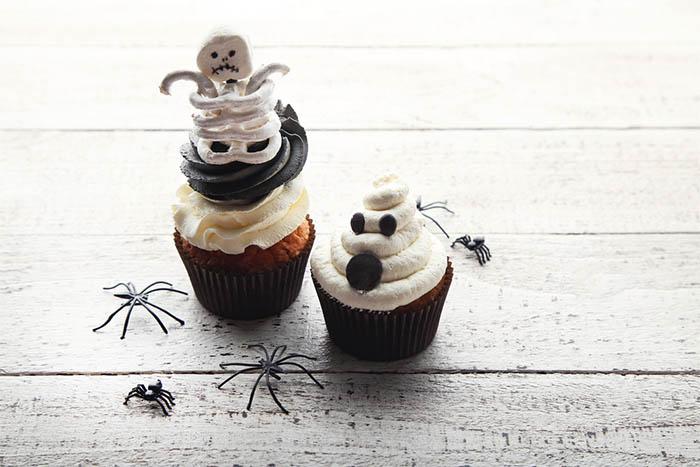 Best-Halloween-Cupcake-Tutorials-skeleton-cupcakes