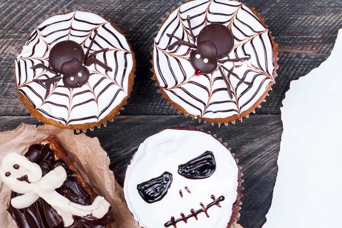 Best-Halloween-Cupcake-Tutorials-spider-web-cupcakes
