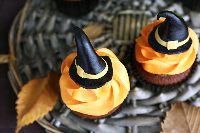 Best-Halloween-Cupcake-Tutorials-witch-hat-cupcakes
