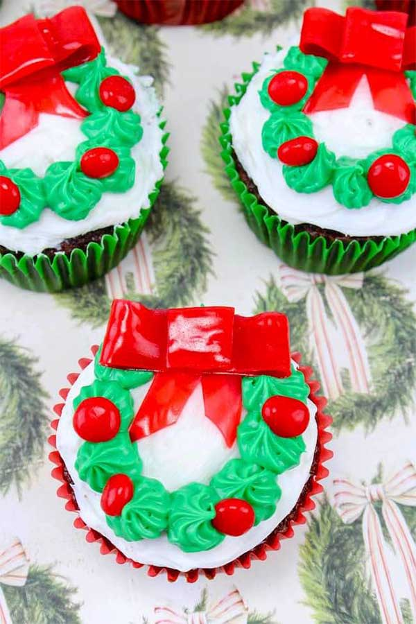 11 Christmas Cupcake Tutorials for Your Christmas Day Celebrations - Christmas-Wreath-Cupcakes-1